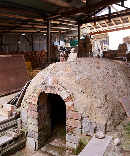 電気窯に替わるまで使われていた「穴窯」は今も神聖な場所。