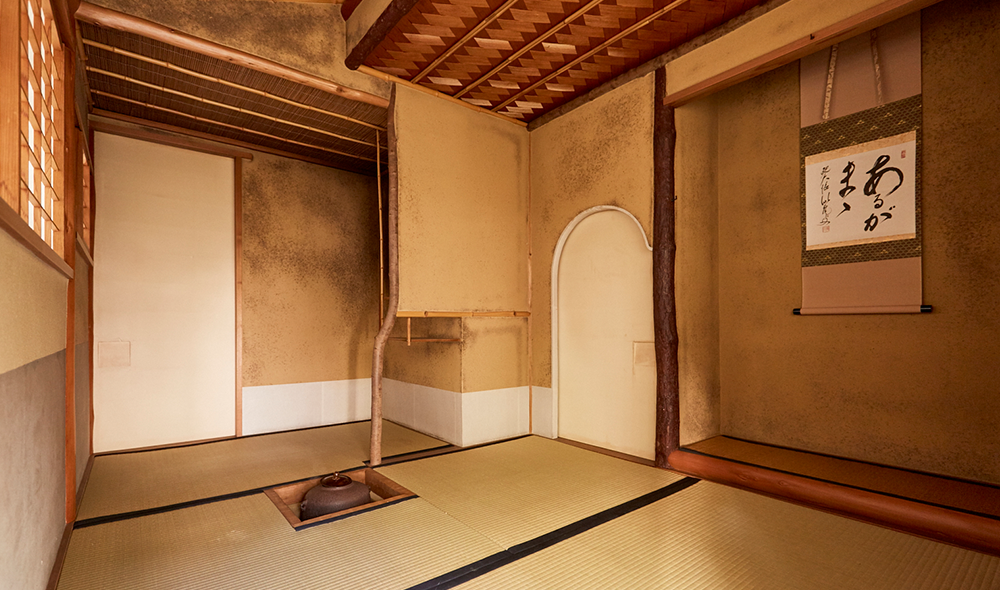 茶室「壺中庵」の内部。「茶のこころ」を伝える、凛とした空気に満ちて。