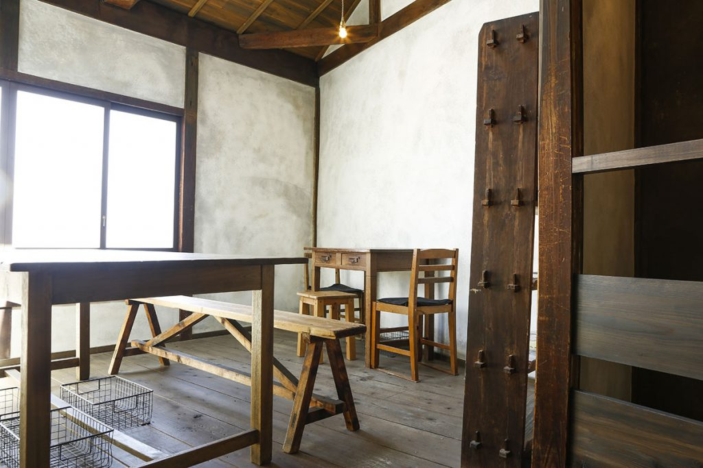 茶房にはカウンター席と大テーブル、小テーブルが並びます