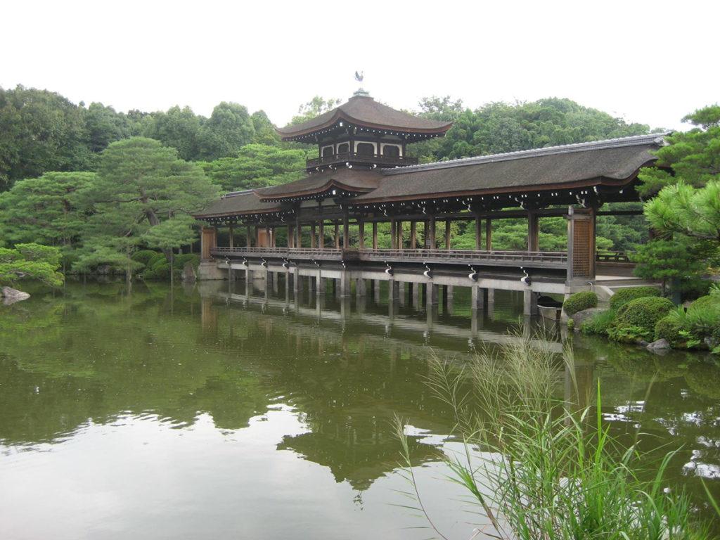 東神苑にある泰平閣は栖鳳池に架けられた橋殿