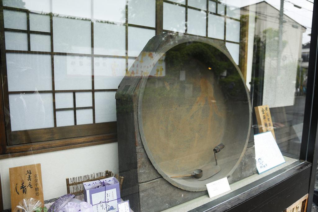 ショーウィンドウに飾られた初代の釜