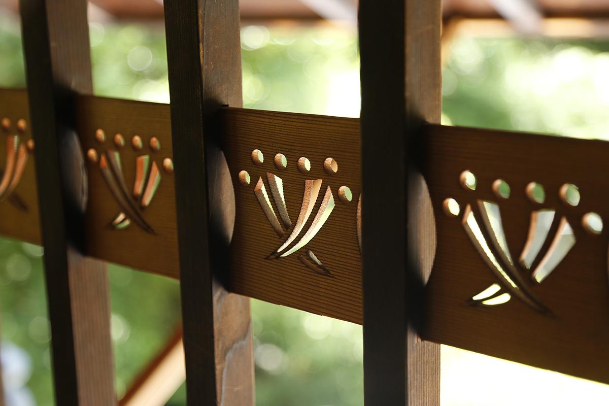 2階の格子に刻まれた、丁子七宝模様