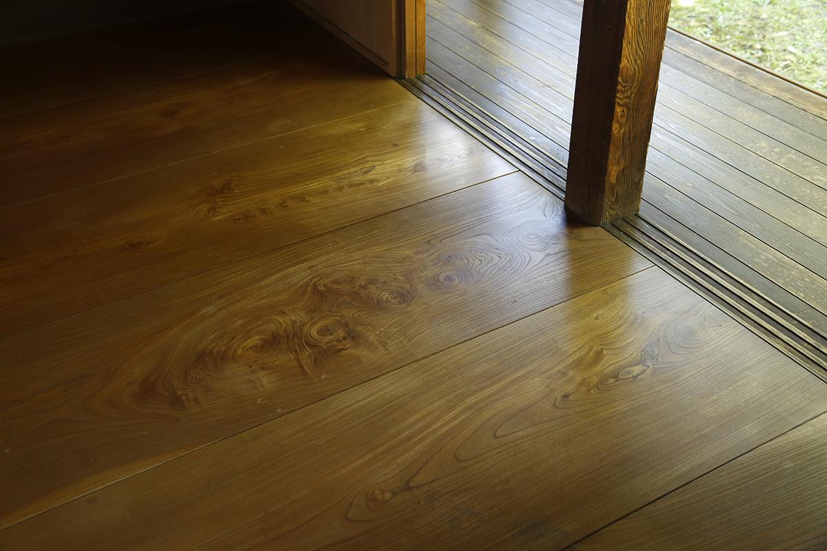日々磨かれツヤのある幅の広いケヤキの床板