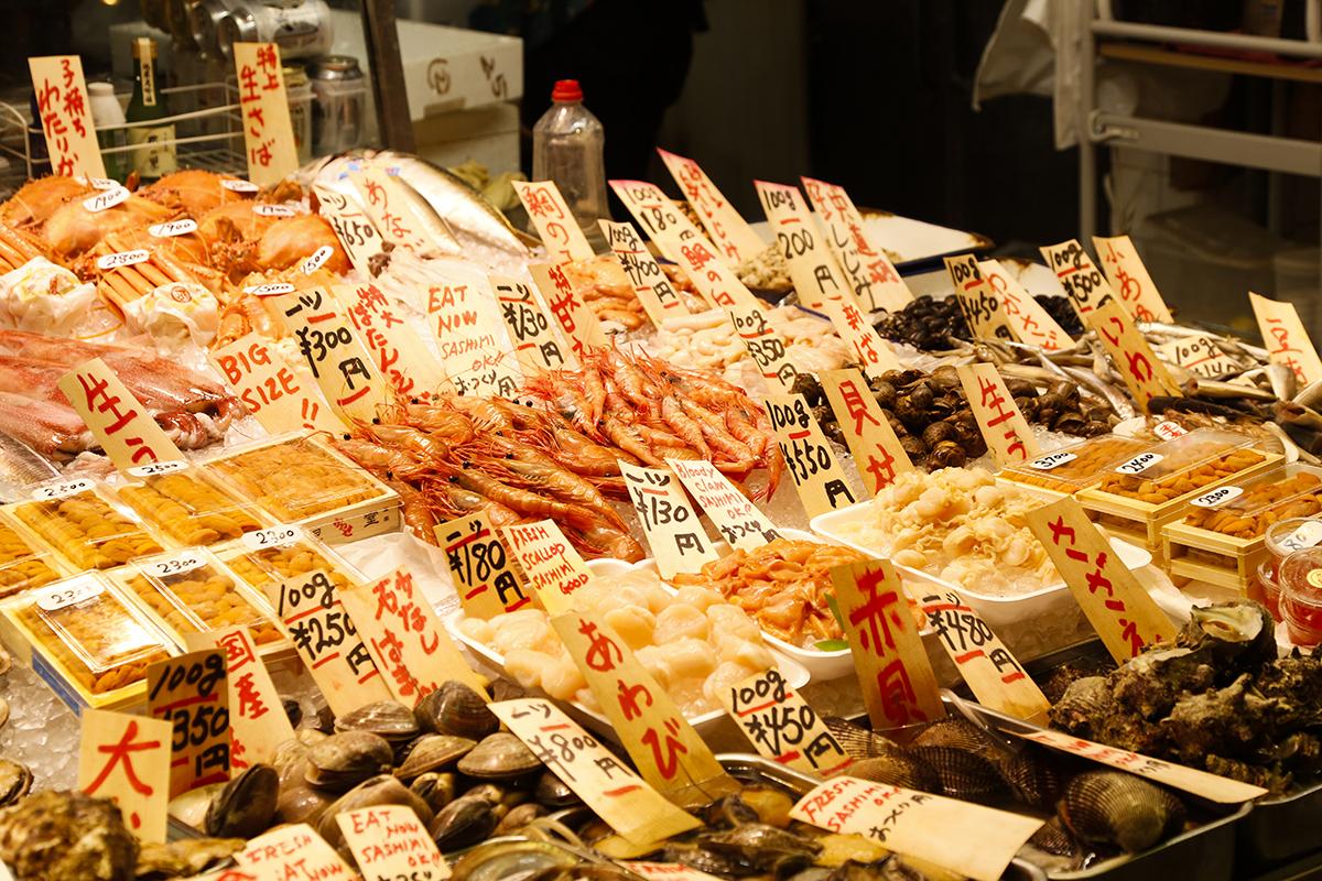 とれぴちの魚が並ぶ鮮魚店
