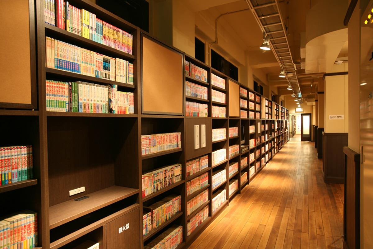 1階は少年向け、2階は少女向け、3階は青年向けのマンガが並ぶ書架「マンガの壁」
