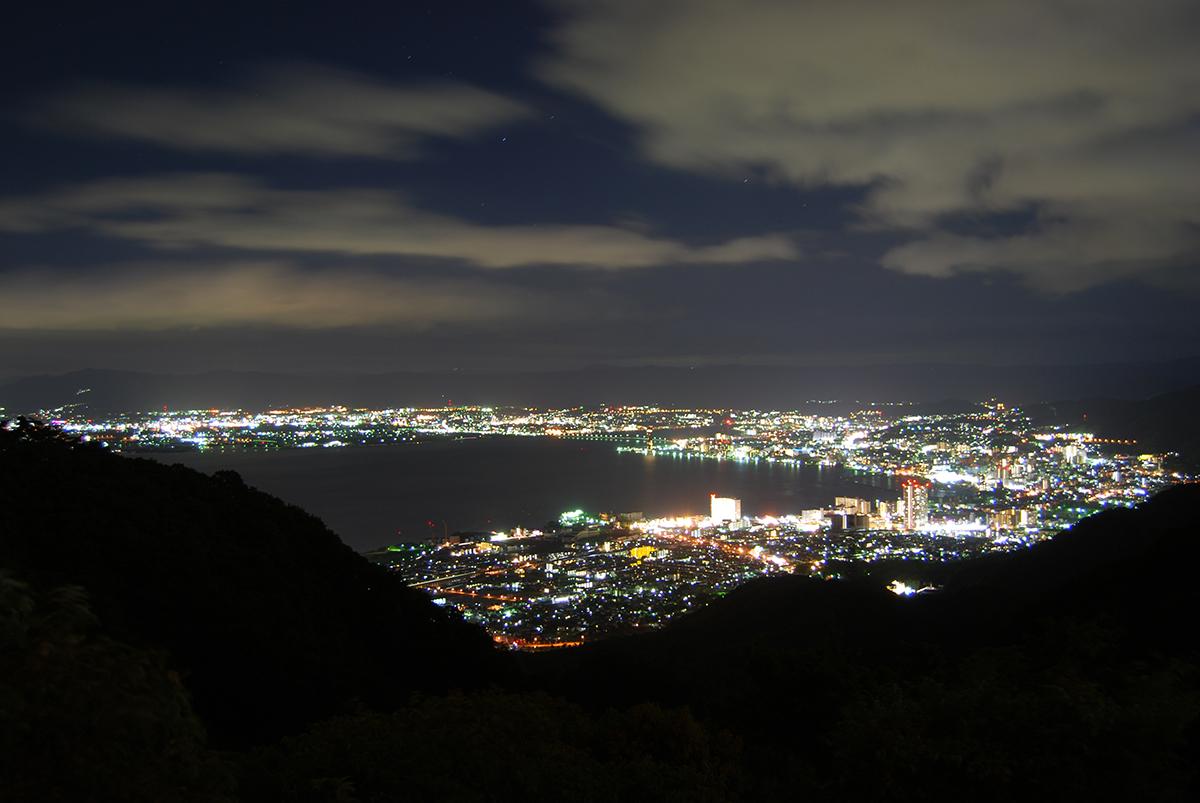 琵琶湖に沿って街の明かりが広がります