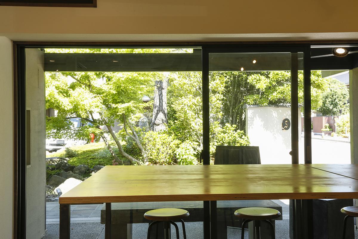大きな窓には緑あふれる庭の景色が広がります