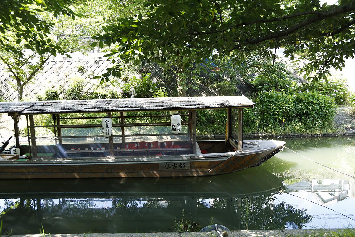 昔ながらの屋形船でゆっくりと水辺をすすみます