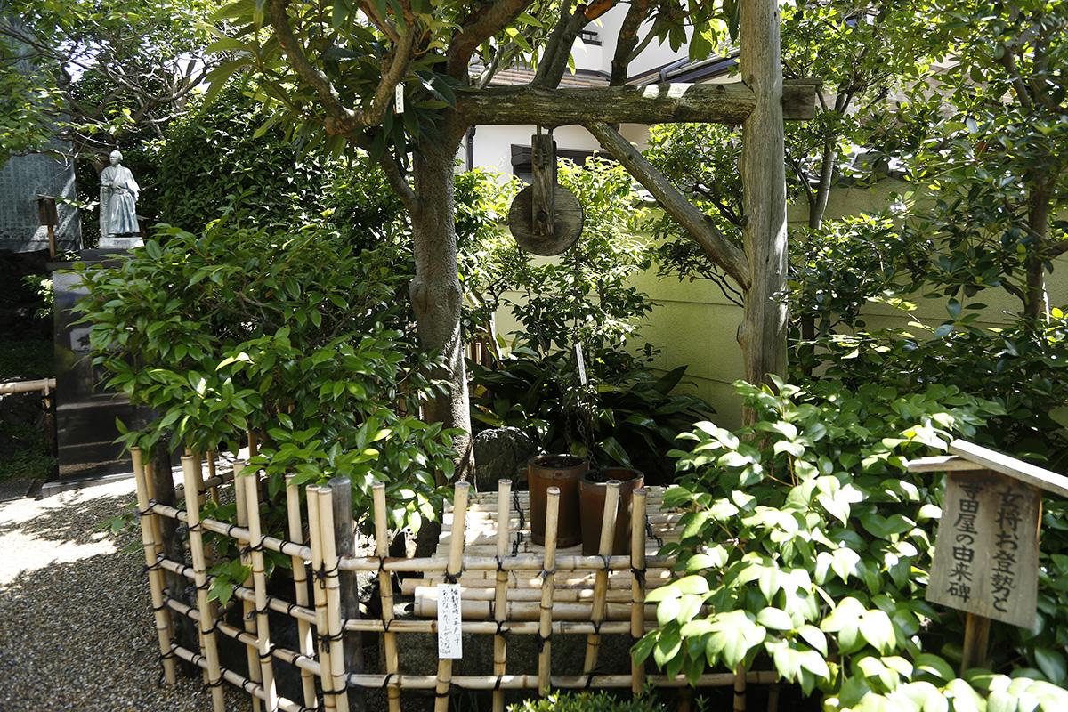 寺田屋の庭園には、鳥羽伏見の戦いで消失してしまった当時の寺田屋がたっていました