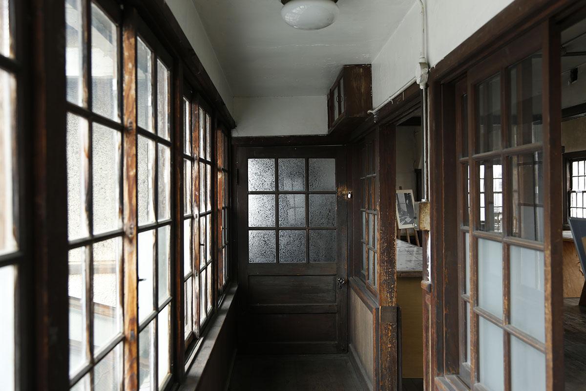 木造建築の温かなぬくもりを感じられる「旧八幡郵便局」内部