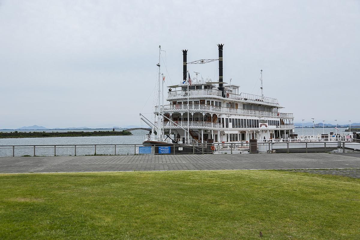 芝生広場のすぐ目の前に停泊する外輪船ミシガン