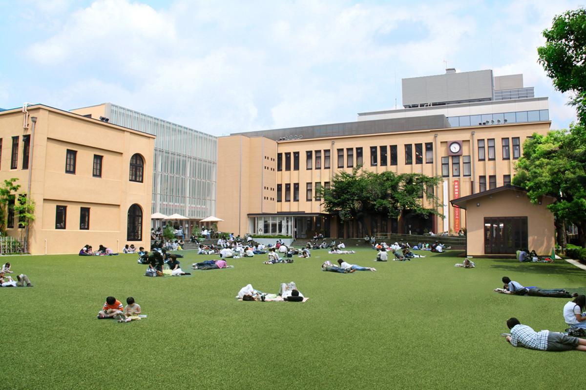 芝生広場で過ごす時間は学生時代を思い出させる