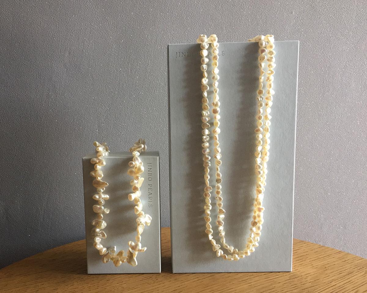 杉山さんがお祖母様から受け継いだネックレスはまさに出世珠。内側から艶めく照りが美しい