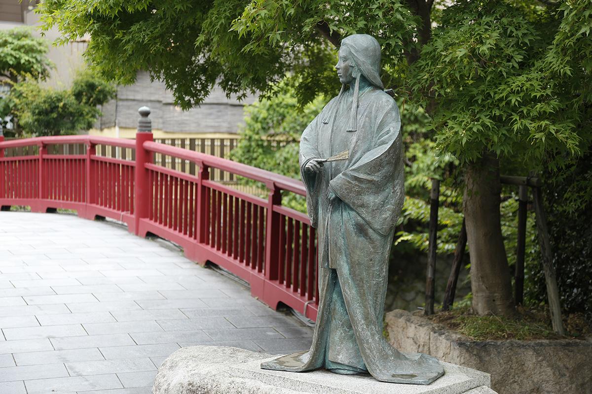 温泉街を流れる有馬川にかかる、ねね橋のねね像