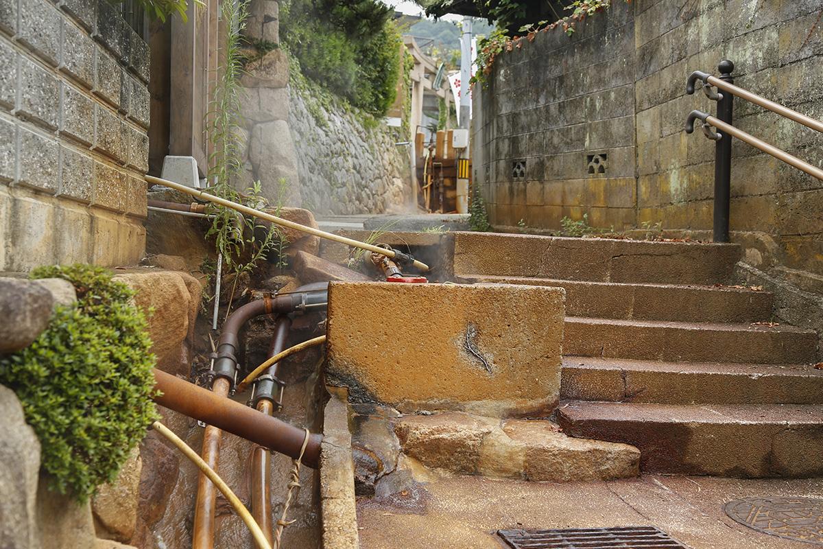 泉源近くの路地は、金泉成分が酸化したためか赤茶色に変色しています