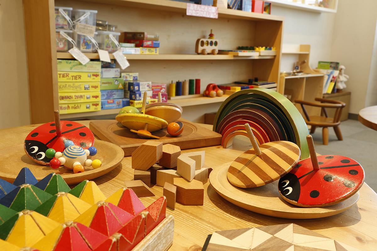 頭をフル回転させるシンプルな木の玩具たち