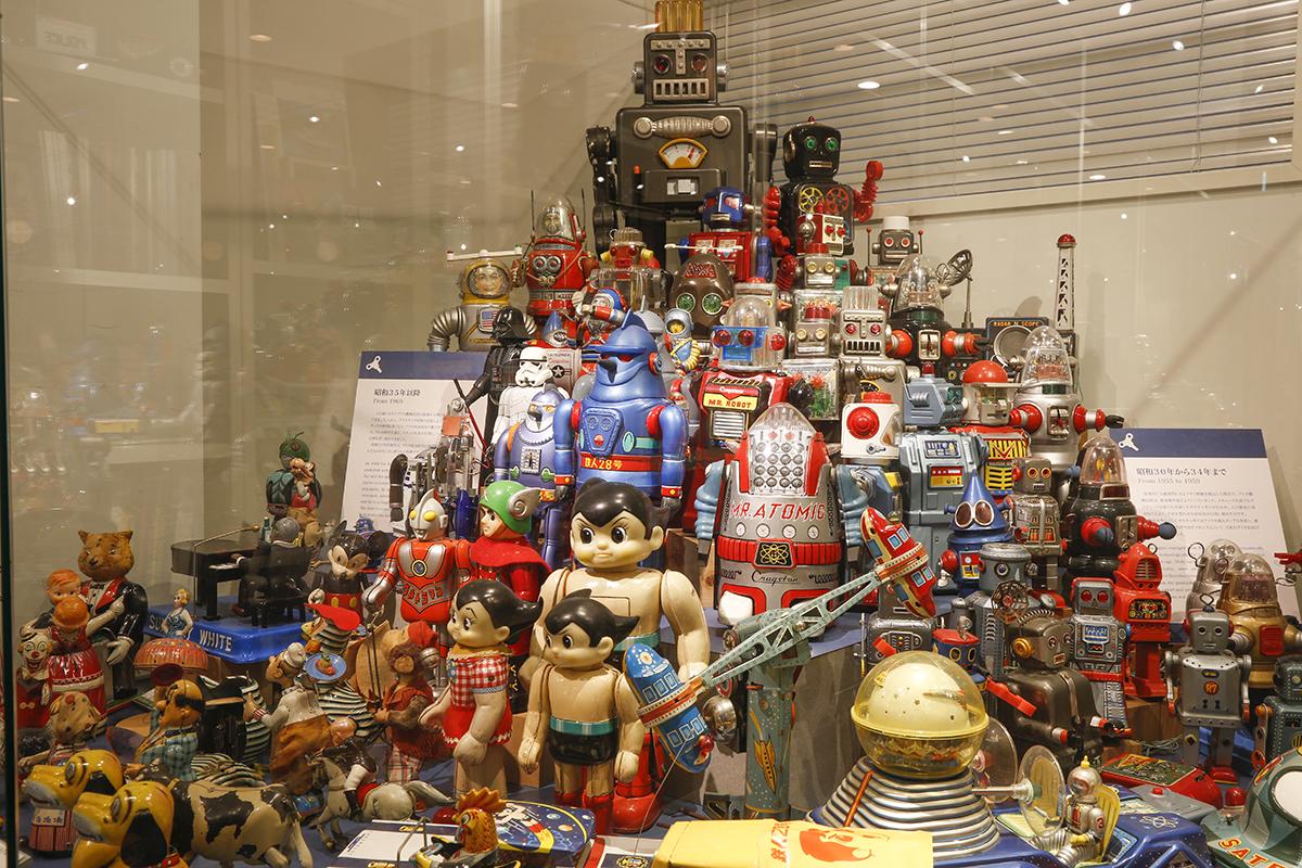 一堂に会したブリキ玩具の中には、見覚えのあるキャラクターも