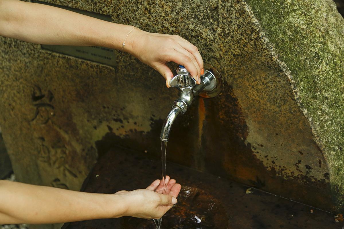蛇口から出るのは、無色透明、低温泉の二酸化炭素泉