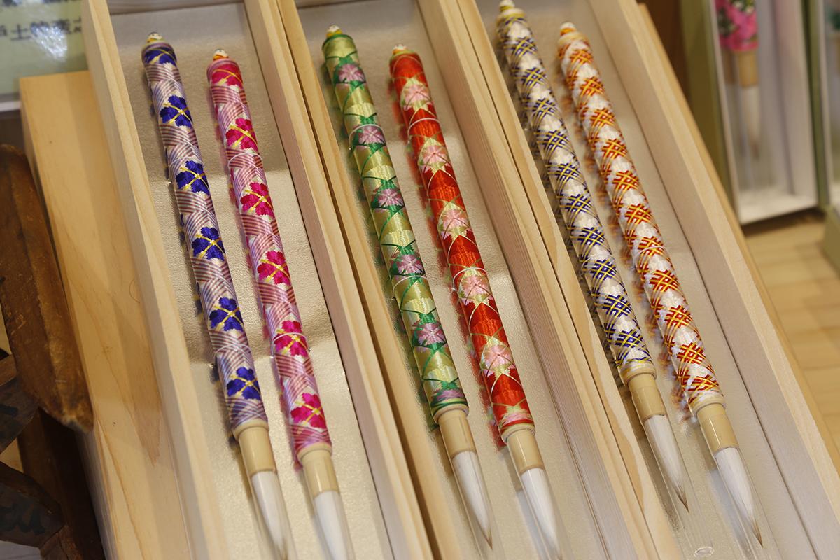 とても繊細でありながら実用に耐える強さを併せ持つ、絹糸で描く模様