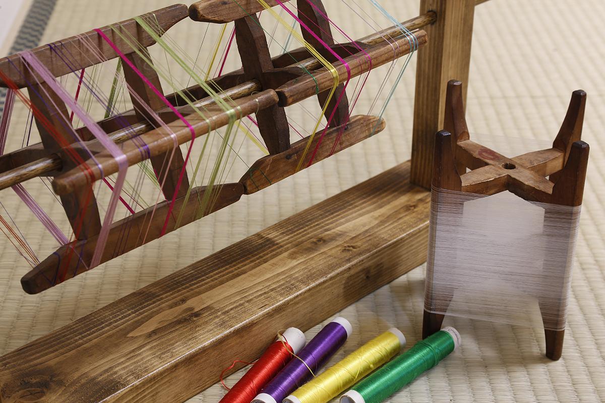 日本刺繍の絹の平糸を使います