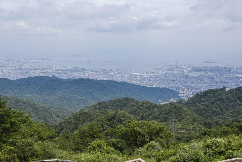 六甲の山々の向こうに街の景色が広がります