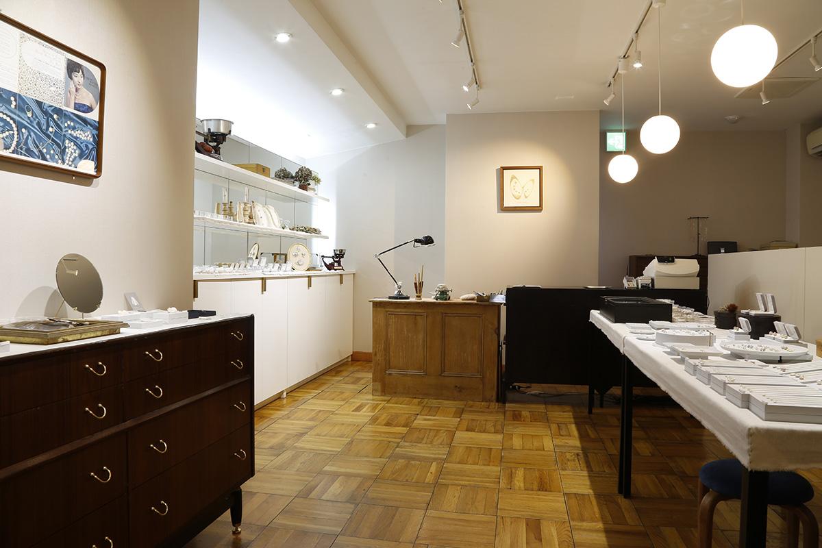 びわ湖真珠の美しさを引き立てるように設えられた洗練された店舗空間です