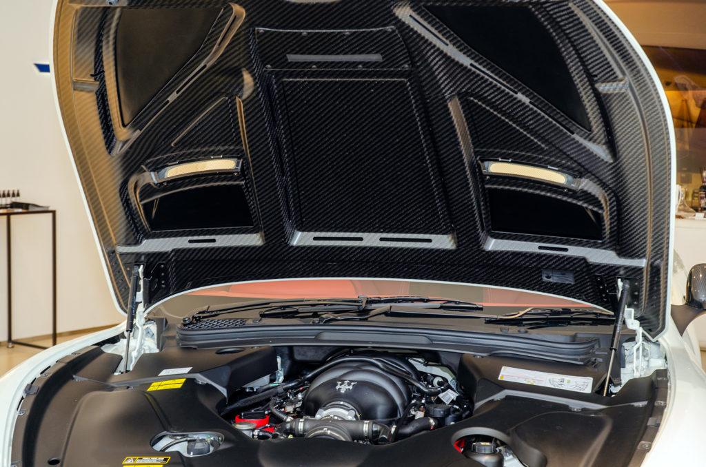 グラントゥーリズモのカーボン製フロント・ボンネット