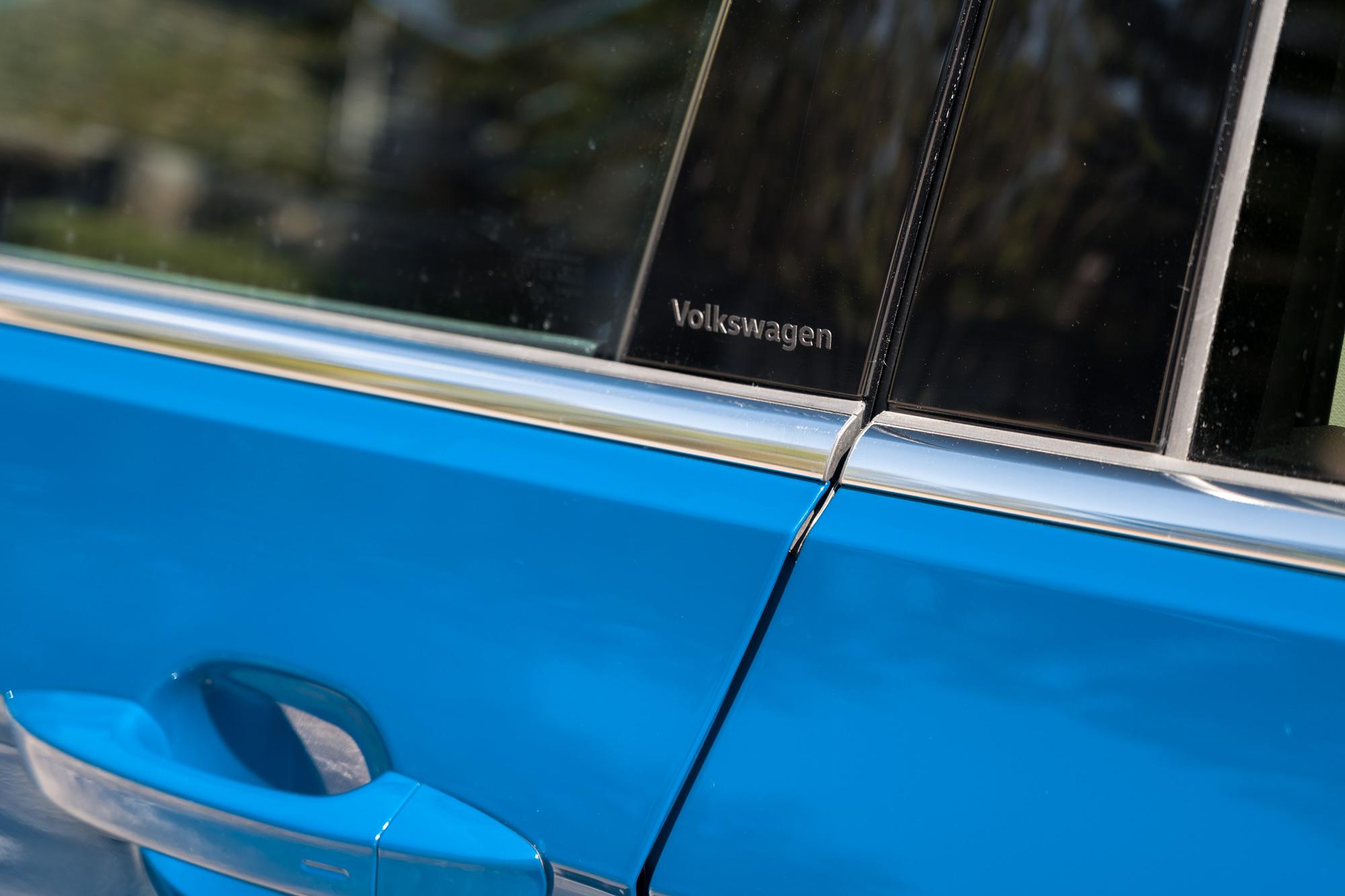 T-Cross Bピラーパネルの付け根にVolkswagenのロゴ
