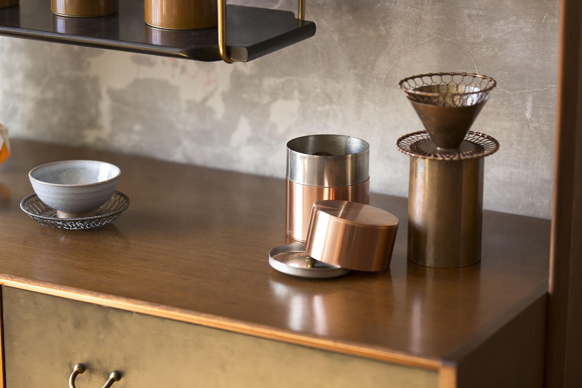 開化堂カフェで使われている珈琲缶などのアイテム