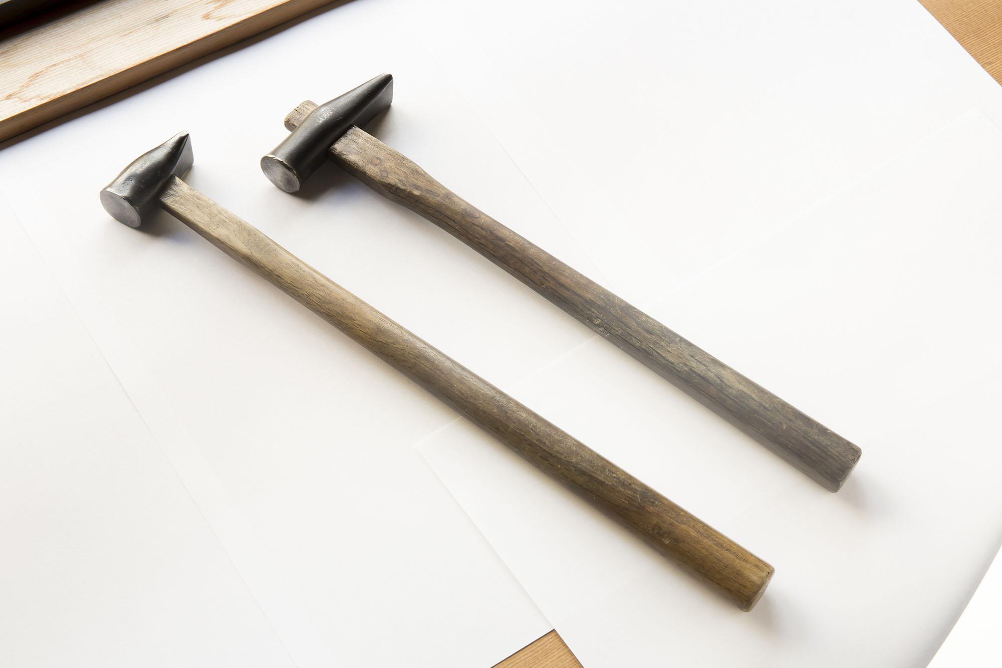 右は隆裕が使っている現役の金槌。左は彼の祖父が50年使い込んだという金槌