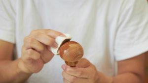 シフトノブの木に生漆を摺るように薄く塗る